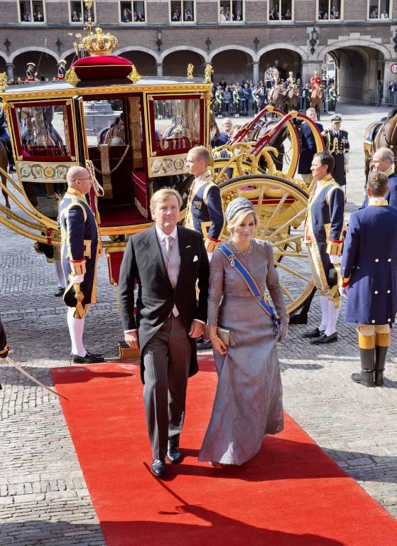 Ein königlicher Auftritt. König Willem-Alexander und Königin Maxima auf dem Weg in den Rittersaal.  ©imago/PPE