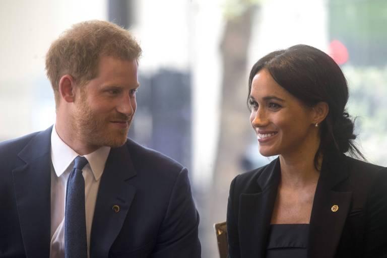 Total verliebt: Prinz Harry himmelt die gebürtige Amerikanerin regelrecht an.  ©imago/Starface