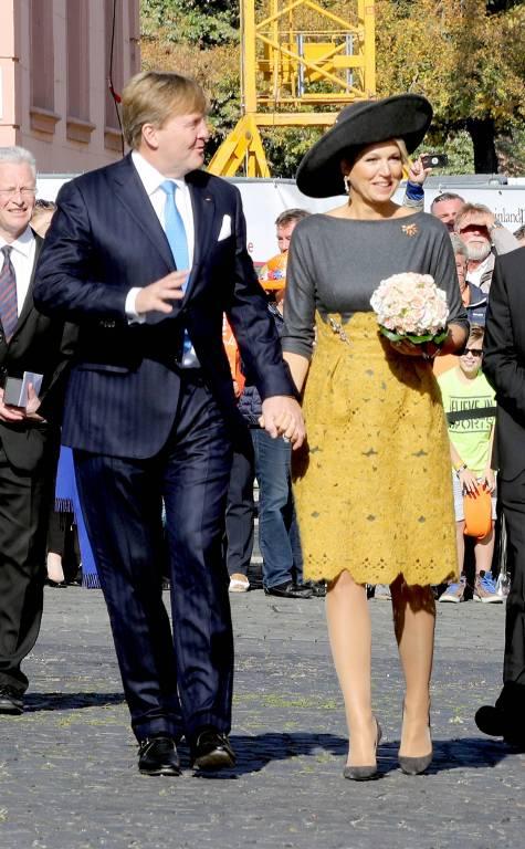 Süß: Willem-Alexander und Maxima halten Händchen.  ©imago/PPE