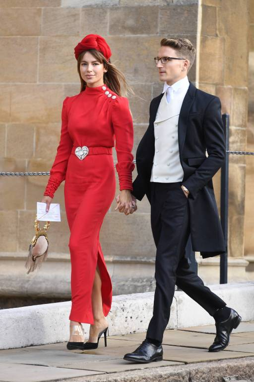 Die Mode der Gäste: Diese hübsche Dame setzt auf Rot und eine dekorative Herz-Schnalle.  ©imago