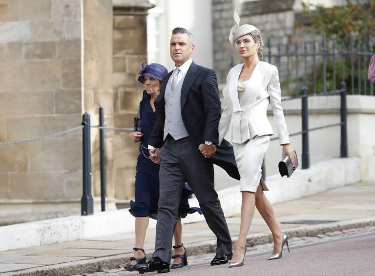 Robbie Williams kam mit seiner Schwiegermutter und seiner Frau Ayda Field. Die Amerikanerin zeigt sich sehr stilsicher.  ©imago