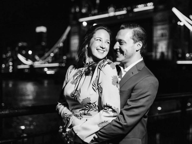 Das Paar posiert für seine offiziellen Verlobungsbilder vor der Londoner Tower Bridge.  © Das griechische Königshaus