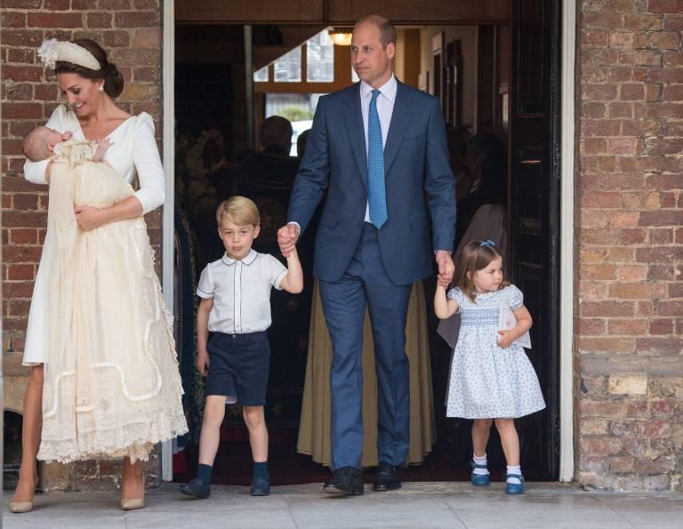 Herzogin Kate und Prinz William mit ihren Kindern bei der Taufe von Prinz Louis am 9. Juli 2018.  ©imago