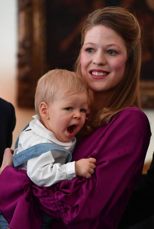 Nach dem aufregendem Tag ist Prinz Stefan ganz schön müde und kuschelt im Arm seiner Mutter.  ©imago/Pixsell