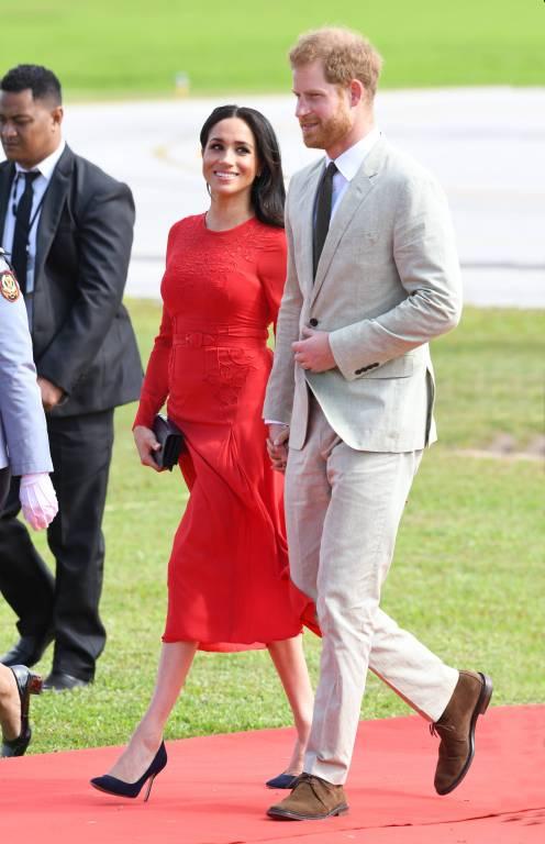 Prinz Harry und Herzogin Meghan bei ihrer Ankunft am Flughafen von Tonga.  ©imago