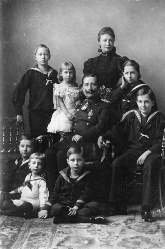 Die Kinder von Kaiser Wilhelm II. zwingt das Ende der Monarchie zu einem schweren Neuanfang.  ©Bundesarchiv, Bild 146-2008-0152 / Schaarwächter, Julius Cornelius / CC-BY-SA 3.0