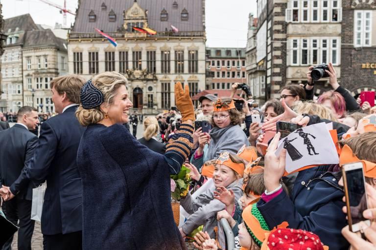 Volksnah schütteln die niederländischen Royals ein paar Hände und halten Smalltalk.  ©imago