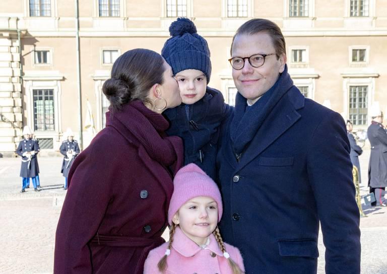 Kronprinzessin Victoria feierte mit ihrer süßen Familie ihren Namenstag. Für Prinz Oscar gab es ein Aufmunterungs-Küsschen. ©imago/PPE
