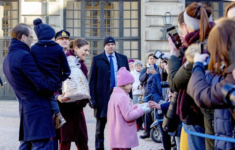 Prinzessin Estelle hilft ihrer Mama die Geschenke entgegenzunehmen. Von Scheu keine Spur, die Schülerin genießt die Aufmerksamkeit. ©imago/PPE