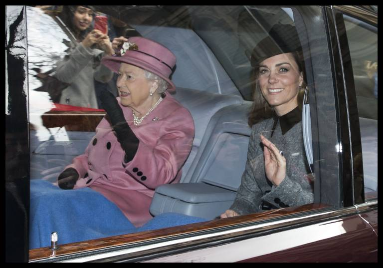 Süß: Queen Elizabeth und Herzogin Kate stecken wortwörtlich unter einer Decke.  ©imago/PA Images