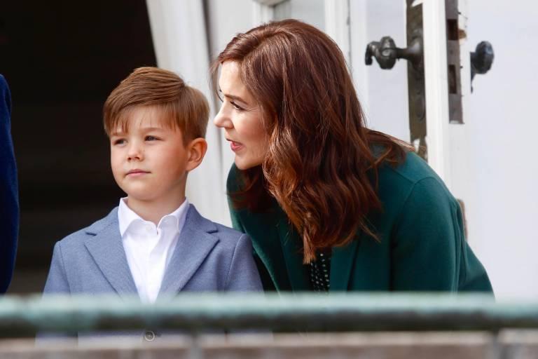 Kronprinzessin Mary redet ihrem Sohn Prinz Vincent gut zu.  ©Imago