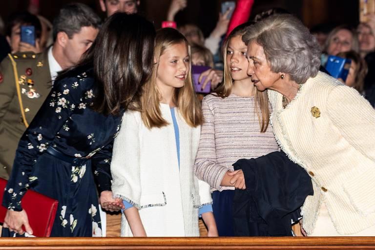 Königin Letizia und ihre Schwiegermutter Sofia tuscheln in der Kathedrale. Der Umgang wirkt respektvoll, aber nicht herzlich.  ©imago images / Agencia EFE