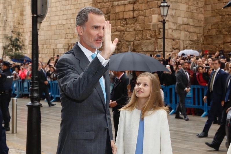 König Felipe und Kronprinzessin Leonor grüßen das Volk vor der Kathedrale.  ©Casa Real