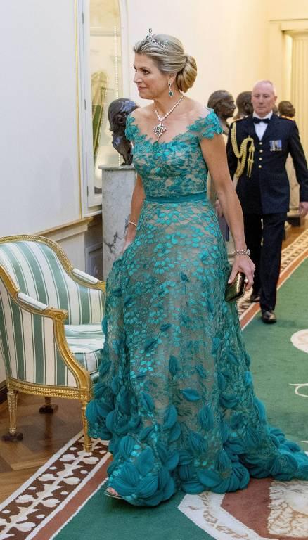 Eine echte Augenweide: Königin Maxima trägt ein Abendkleid in der Farbe dunkles Cyan.  ©imago images / PPE