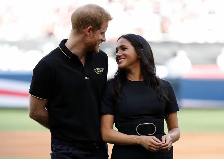 Verliebte Blick: Prinz Harry und Herzogin Meghan schweben beim Baseballspiel auf Wolke 7.  ©Imago