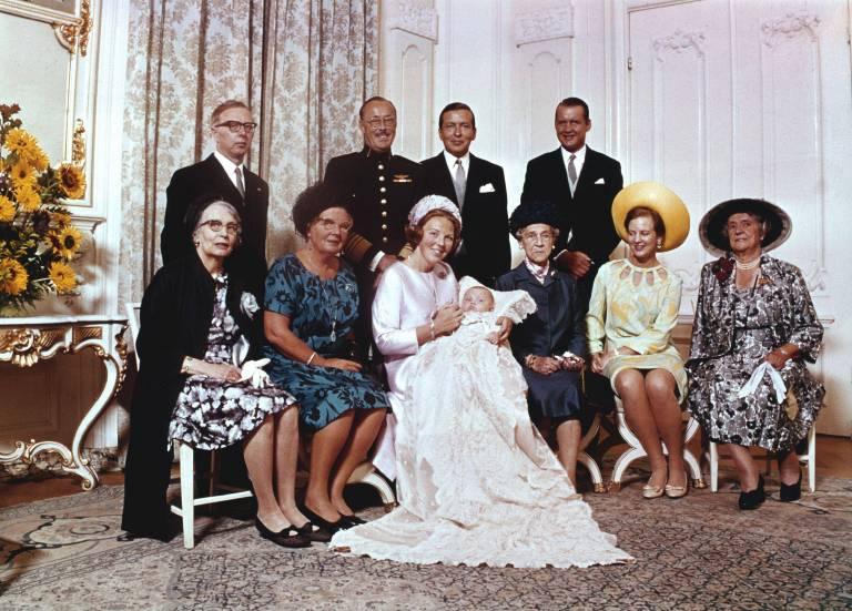 Die Taufe von Willem-Alexander fand am 2. September 1967 in der Saint Jacob's Kirche in Den Haag statt. Ferdinand von Bismarck (hintere Reihe, rechts) war einer der Paten.