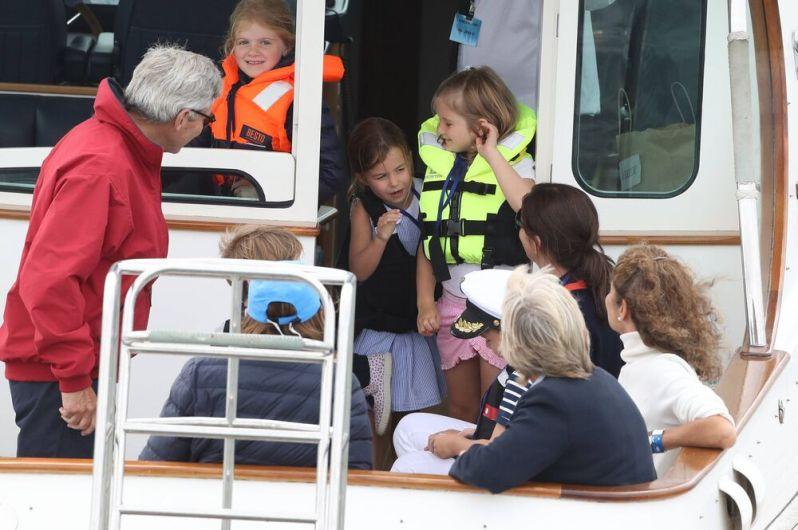 Prinzessin Charlotte hatte keine Lust, sich den Wind um die Nase wehen zu lassen und lugt nur kurz heraus.  © imago images / i Images