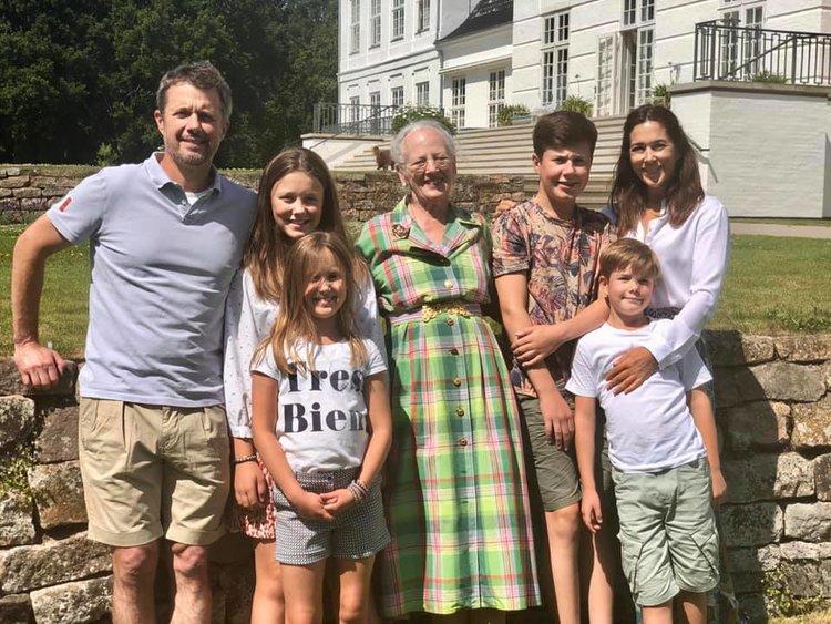 Kronprinz Frederik, Prinzessin Isabella, Prinzessin Josephine (vorne), Königin Margrethe, Prinz Christian, Kronprinzessin Mary und Prinz Vincent (vorne).    © Kongehuset