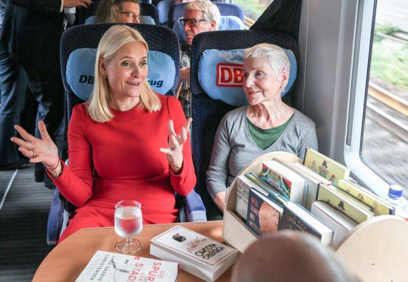 Kronprinzessin Mette-Marit unterhielt sich im Zug über Literatur. Auch mehrere Schulkinder trafen das Kronprinzenpaar an Bord.  © picture alliance/Jens Kalaene/dpa-Zentralbild/dpa