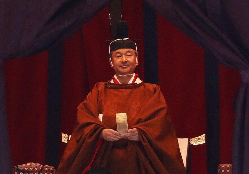 """Kaiser Naruhito verkündet im Kaiserpalast seine Inthronisierung. """"Ich schwöre, dass ich gemäß der Verfassung handeln und meine Verantwortung als Symbol des Staates und der Einheit des Volkes erfüllen werde"""