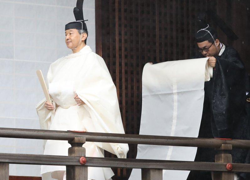 """Kaiser Naruhito auf dem Weg zur sogenannten """"Sokuirei-Tojitsu-Kashikodokoro-Omae-no-Gi""""-Zeremonie. Es ist der zweite Teil der dreiteiligen Inthronisierung. Insgesamt musste der neue Tennō drei Schreine besuchen, um den Gottheiten den Antritt seiner Regentschaft zu verkünden.  © Yomiuri Shimbun/AP Images"""