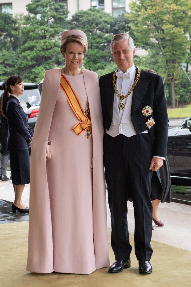 Auch Königin Mathilde entschied sich für ein Kleid mit passendem Cape.  © picture alliance / AP Images