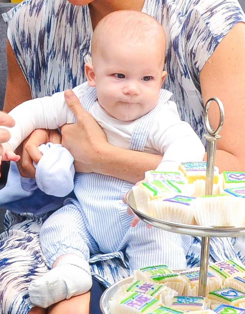 Als Hillary Clinton den süßen Archie kennenlernte, hat sie den Sohn von Herzogin Meghan und Prinz Harry erst einmal ordentlich geknuddelt.  © picture alliance