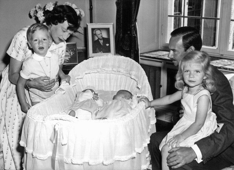 Großherzogin Josephine Charlotte und ihr Ehemann Großherzog Jean von Luxemburg mit ihren Kindern Erbgroßherzog Henri, den Zwillingen Prinz Jean und Prinzessin Margaretha in der Wiege sowie Prinzessin Marie Astrid (v.l.n.r.). © dpa - Bildarchiv