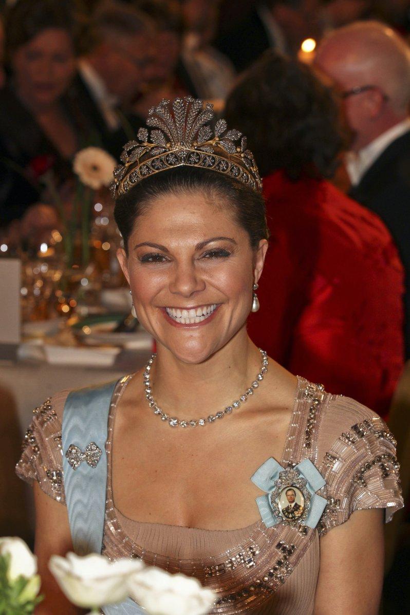 """Strahlend schön: Beim Nobelpreis-Bankett 2010 trug Kronprinzessin Victoria das """"Stahldiadem"""". © picture alliance/IBL Schweden"""