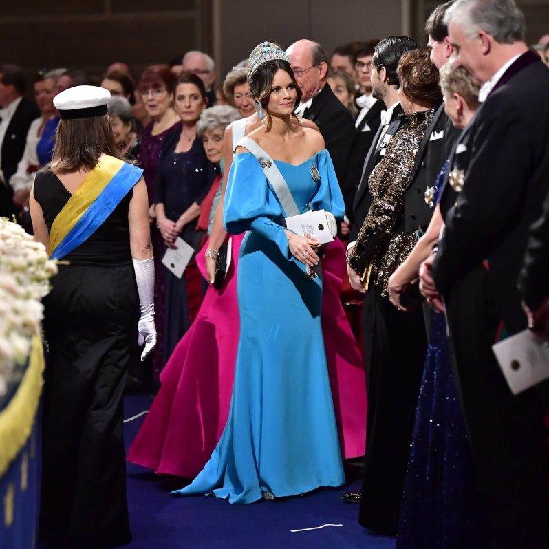 Prinzessin Sofia kam zur Nobelpreis-Verleihung in einem bodenlangen, hellblauen Kleid.  © picture alliance/TT NEWS AGENCY