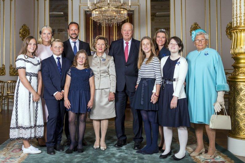 Königin Sonja muss sich nun um ihre drei Enkelinnen Maud Angelica (zweite von rechts), Lea Isadora (vierte von rechts) und Emma Tallulah (links neben ihrer Großmutter) kümmern.  © picture alliance / AP Images