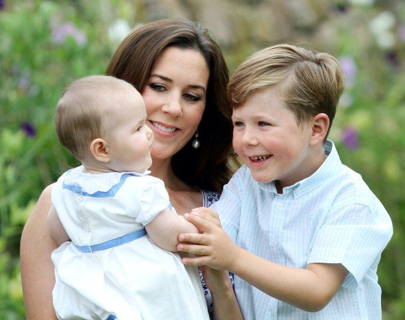 Prinz Christian mit seiner kleinen Schwester Prinzessin Josephine. Als großer Bruder hat er schon früh gelernt, Verantwortung zu tragen. © dpa