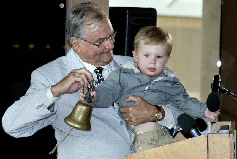 Juni 2008: Prinz Henrik eröffnet gemeinsam mit seinem Enkel Prinz Christian ein Elefantenhaus. © picture alliance/Scanpix Denmark