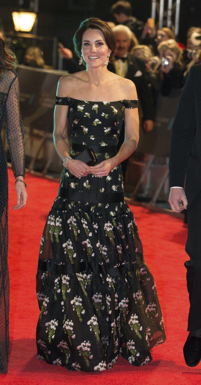 Wer schön sein will, muss leiden: Trotz Eiseskälte wählte Herzogin Kate ein schulterfreies Kleid.  © picture alliance / AP Images