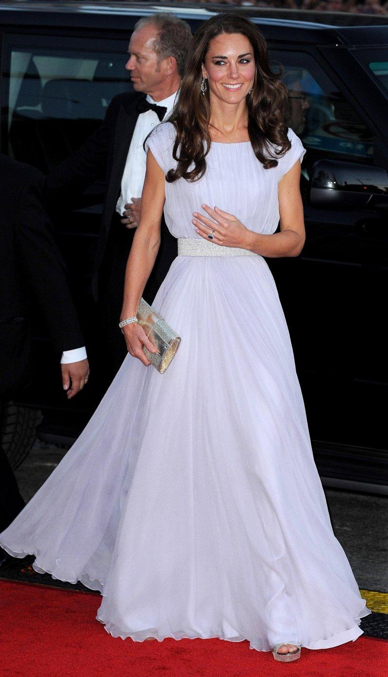 Das fliederfarbene Alexander McQueen-Kleid ist bis heute ein Kleider-Favorit unter den Fans.  © picture alliance / empics