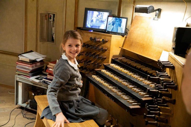 Prinzessin Estelle darf die Orgel in der Storkyrkan-Kirche spielen.  © Sara Friberg, Royal. Hovstaatna