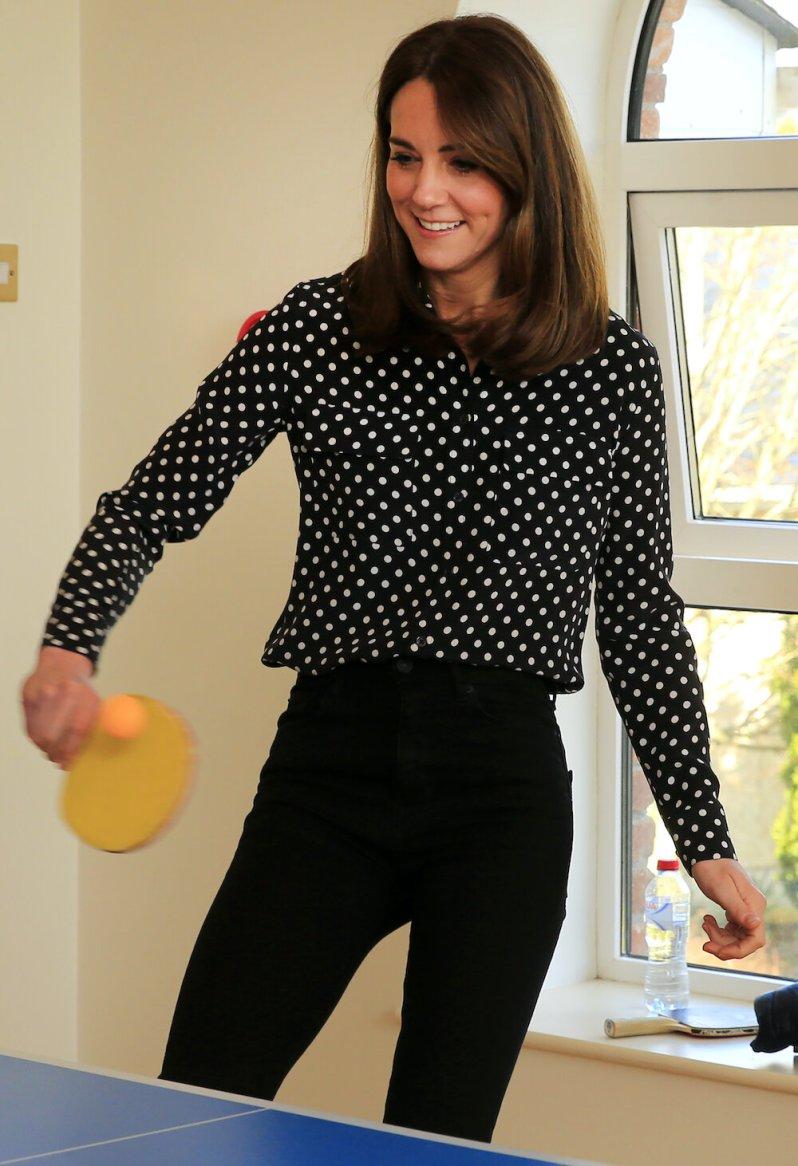 Die sportliche Herzogin spielt mit den Jugendlichen Tischtennis. © picture alliance / empics