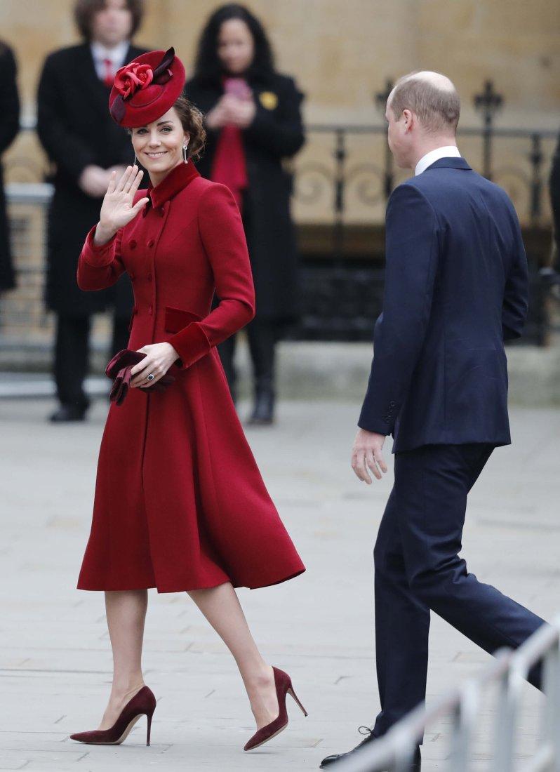 Herzogin Kate recycelte Teile ihres Outfits. Ihr rotes Mantelkleid sowie die Prada-Tasche trug sie bereits 2018.  © picture alliance / AP Photo