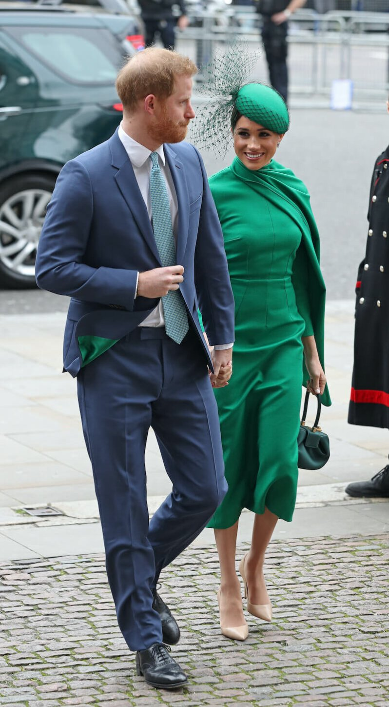 Herzogin Meghan strahlte in einem knallgrünen Cape-Kleid.  © picture alliance / empics