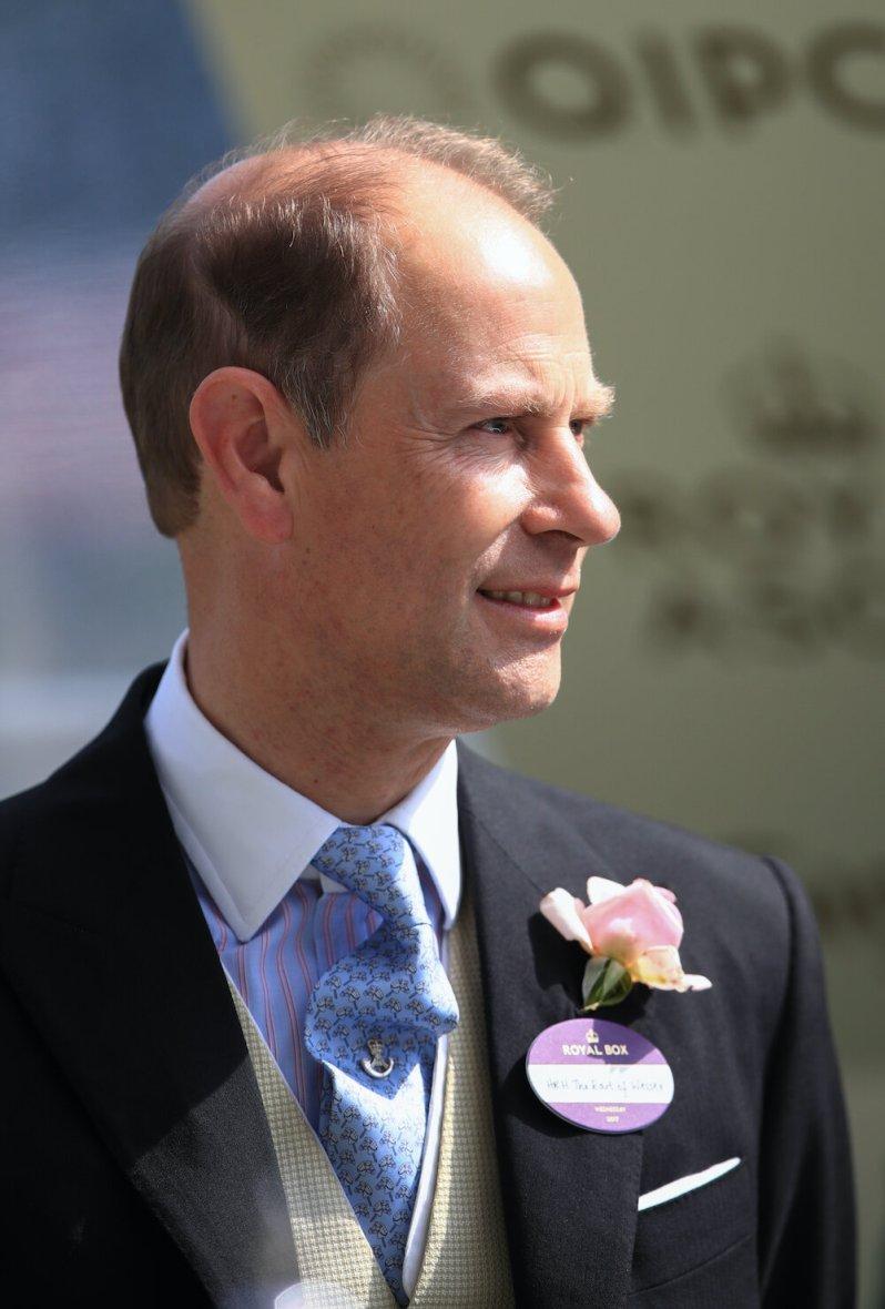 Am zweiten Tag von Ascot zeigte sich Prinz Edward mit Steckenpferd-Krawatte. © picture alliance / empics