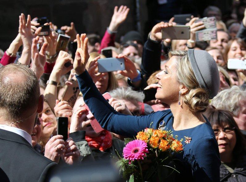 Nürnberg 2016: Die Fans reißen sich um Königin Maxima und wollen unbedingt ein Foto von ihr.  © picture alliance / Eibner-Pressefoto