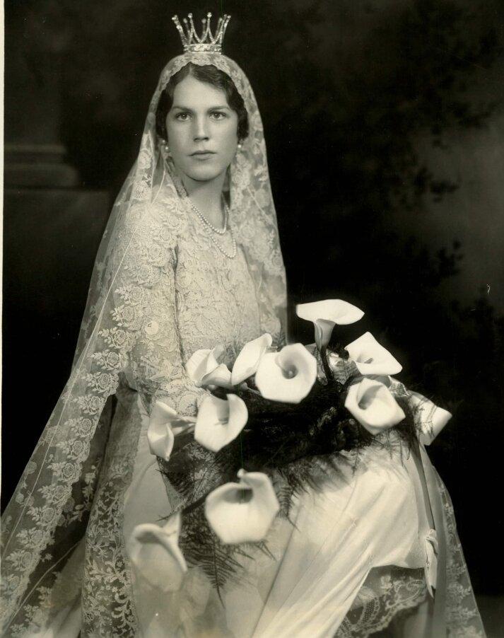 Estelle Bernadotte trug bei ihrer Hochzeit eine schwedische Brautkrone aus Platin und Bergkristallen sowie Königin Sofias Brautschleier. Sie wurde als schöne Frau mit wachen Augen beschrieben.  © Public Domain