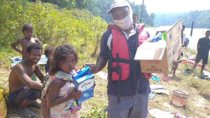 Keterangan gambar: Yayasan AirAsia dengan kerjasama Perbadanan Taman Negeri Perak menyalurkan bantuan barangan asas kepada komuniti Orang Asli.