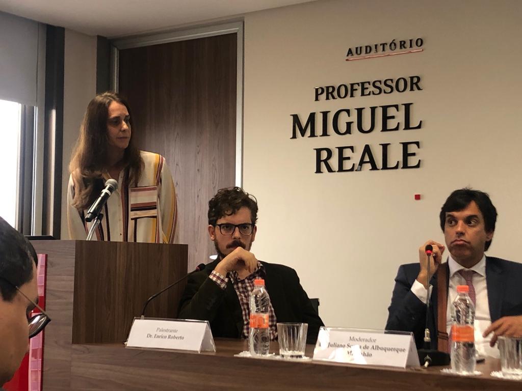 Os integrantes da Comissão Silvia Melchior e Enrico Roberto com o presidente Juliano Maranhão em reunião sobre responsabilidade civil de danos causados por robôs.