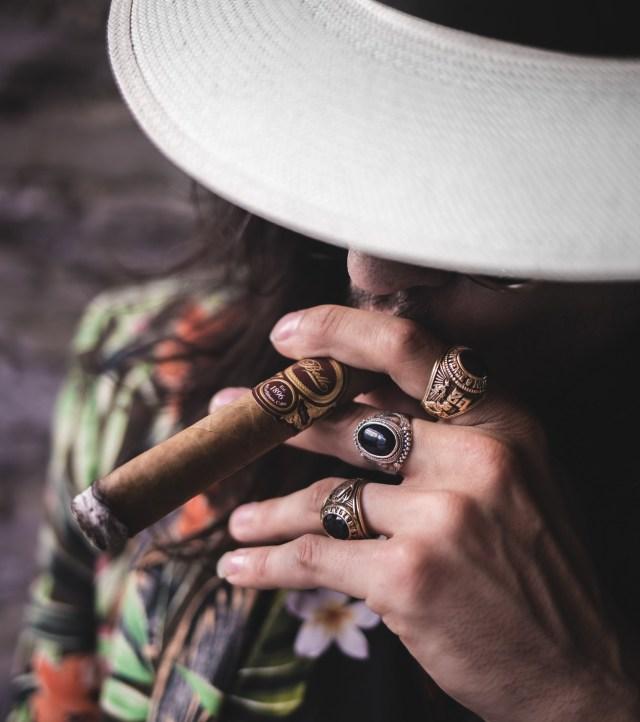 misterio en cuba - La Habana, Cuba. Un hombre misterioso se acerca a un escritor marginado a contarle una historia increíble, un episodio inexplorado de la Historia del siglo XX.Frida Kahlo, Stalin, y Trostky están todos en el relato de esta novela que ha generado fascinación en el público y se ha consolidado como una de las mejores obras latinoamericanas en los últimos años.Lee la reseña de El hombre que amaba a los perros y conoce el resumen, personajes, temas y nuestra opinión de esta obra del escritor cubano Leonardo Padura.