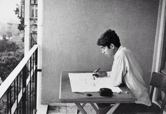 Orhan Pamuk pintando en el balcón de su casa.