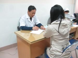 BS Hùng đang tư vấn cho bệnh nhân.