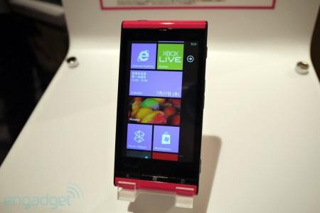 Hình thực tế điện thoại IS 112T chạy nền tảng Windows Phone Mango đầu tiên.