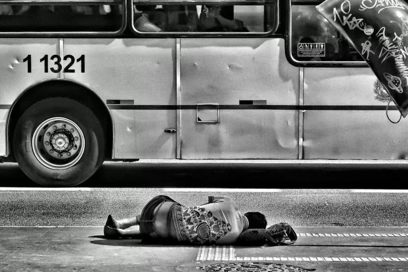 Direitos sociais na constituição: um homem pobre deitado na rua