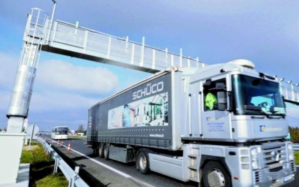 Le portique installé à la Rochelle (Charente-Maritime), pour contrôler le passage des camion dans le cadre de l'écotaxe. Le 11 décembre 2012.
